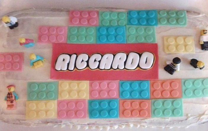 Ricetta ed esecuzione della decorazione di una torta di compleanno a tema Lego